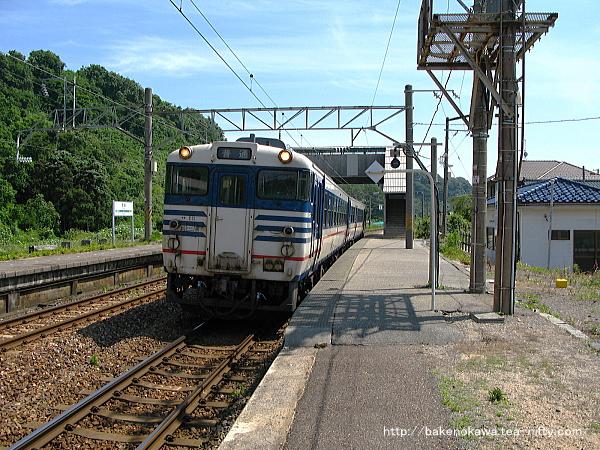 間島駅を出発するキハ40系気動車
