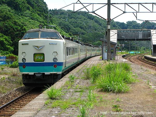 間島駅を通過する485系電車特急「いなほ」その二