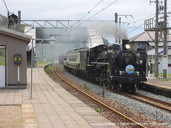 間島駅を通過中のC57形蒸気機関車牽引の「SL出羽街道号」