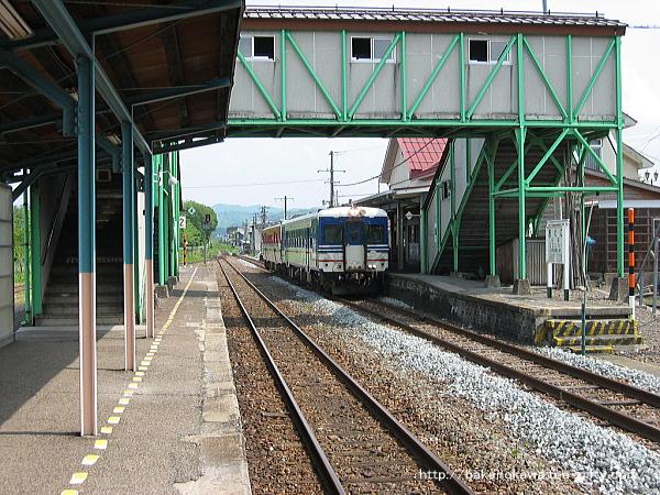 キハ52+キハ47の坂町行が小国駅で列車交換待機中