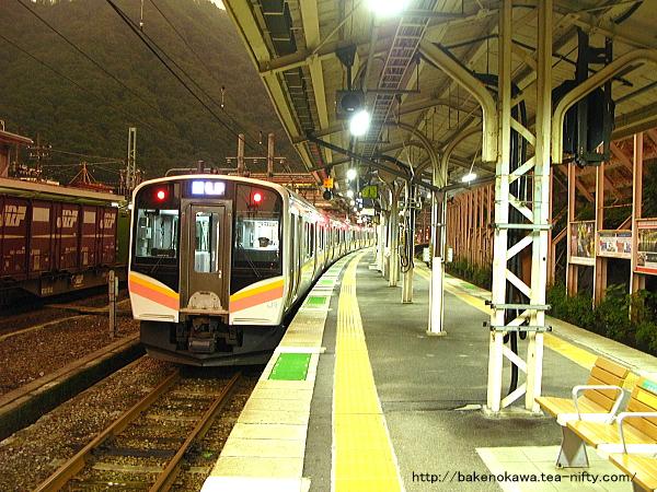 水上駅で待機中のE129系電車その2