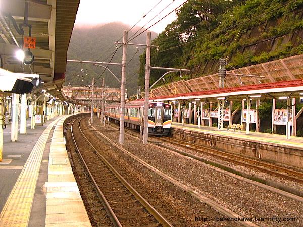 水上駅で待機中のE129系電車その1