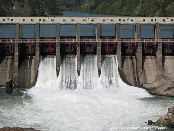 放水中の鹿瀬ダム(角神ダム)