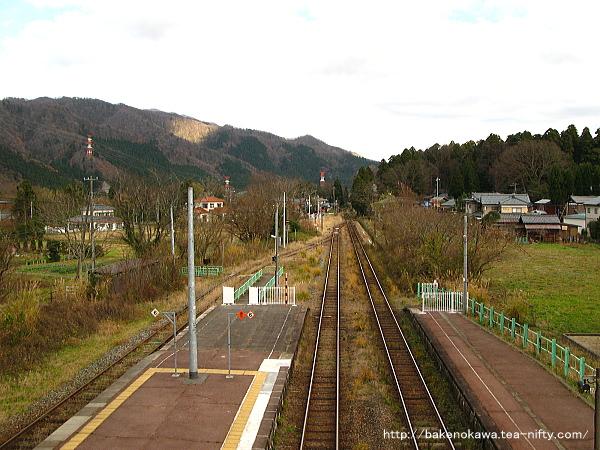 跨線橋上から咲花駅方面を俯瞰で見る