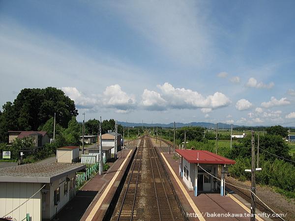 跨線橋上から猿和田駅方面を見る
