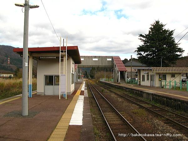 島式ホームの2番線側から見た馬下駅構内中枢部