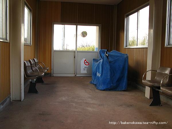 島式ホーム上の待合室内部