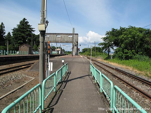 島式ホームの咲花駅方端には、駅舎反対側を通る国道290号線への出入り口があります