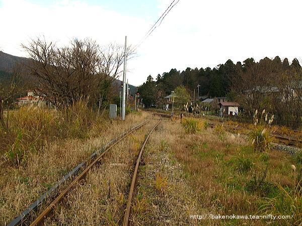 当駅止まりの列車が発着する3番線の咲花駅方はすっかり草生して廃線の様相