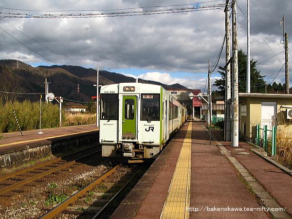 馬下駅1番線に停車中のキハ110系+キハE120の気動車快速「あがの」新潟行