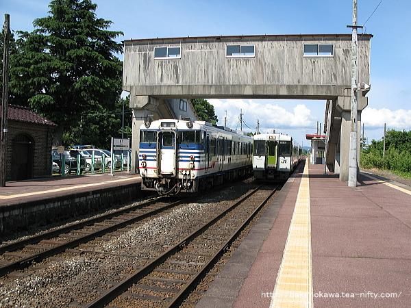 馬下駅で列車交換中のキハ40系気動車とキハ110系快速「あがの」