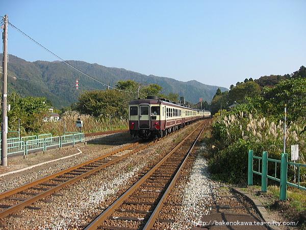 秋の馬下駅を通過する、DD53形ディーゼル機関車牽引の「DD53ばんえつ物語号」