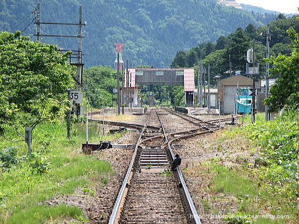 猿和田駅方の踏切から見た馬下駅構内