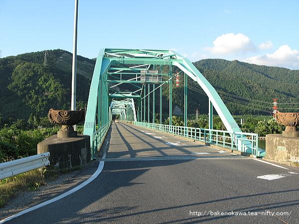 阿賀野川対岸の国道49号線へ向かう国道290号線の馬下橋