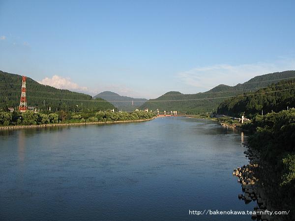 馬下橋上から見た真夏夕暮れの阿賀野川の穏やかな流れ