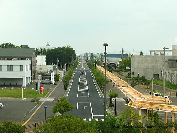 自由通路から見た東口駅前通り