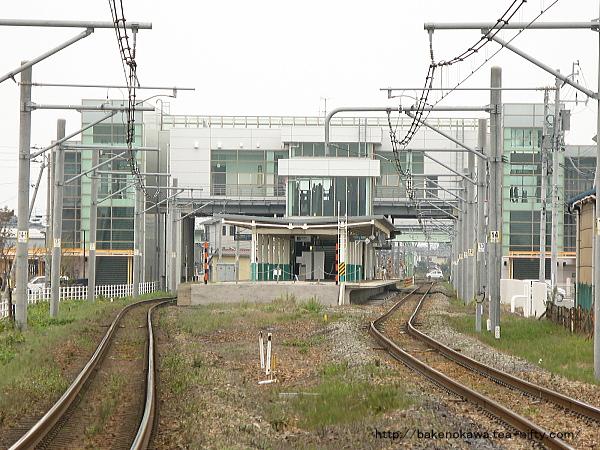 新潟方の踏切から見た亀田駅構内