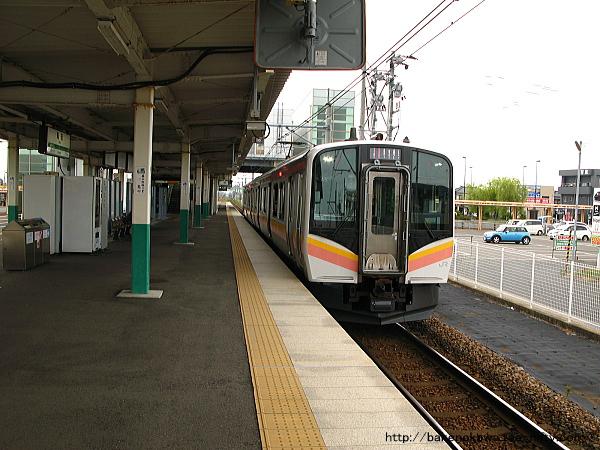 亀田駅に停車中のE129系電車