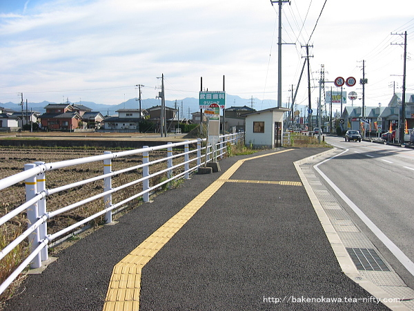 五泉と村松を結ぶ県道新津村松線上の「今泉」バス停
