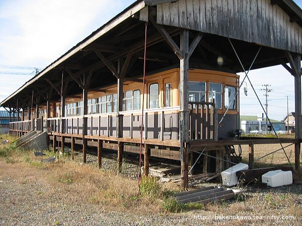 斜めから見た蒲原鉄道の静態保存電車