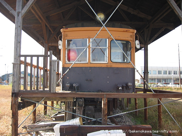 正面から見た蒲原鉄道の静態保存電車