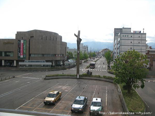 駅舎通路から見た駅東口