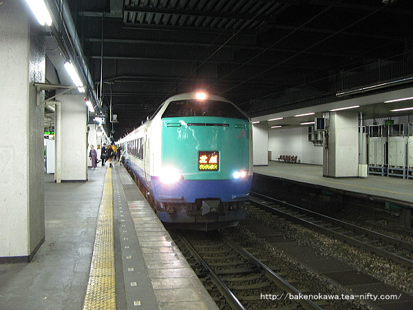 2番線に停車中の485系電車R編成の特急「北越」新潟行