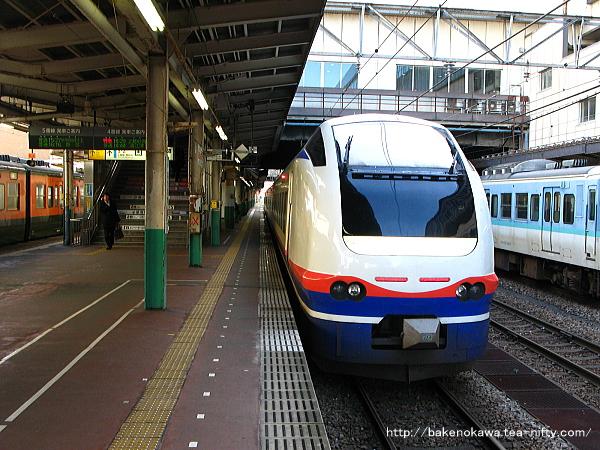 長岡駅に停車中のE653系電車特急「しらゆき」