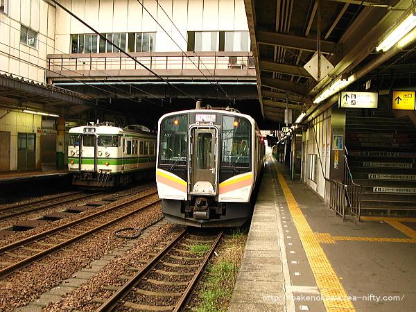 長岡駅で待機中のE129系電車