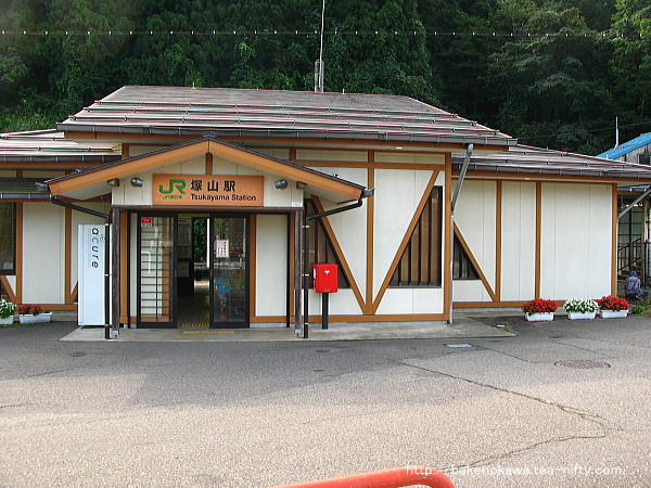 塚山駅駅舎正面の様子