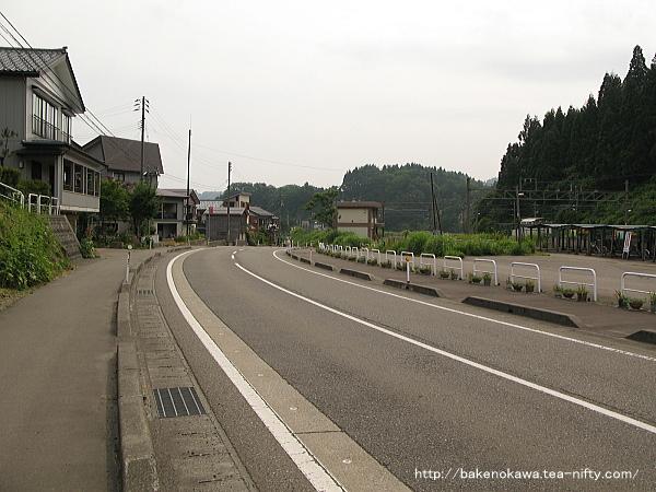 国道404号線の塚山駅前の様子