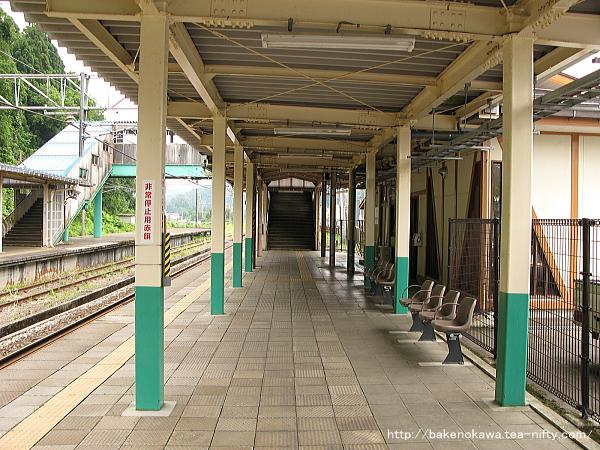 長岡方面乗り場の1番ホーム側の駅舎とその向こうの跨線橋の位置関係