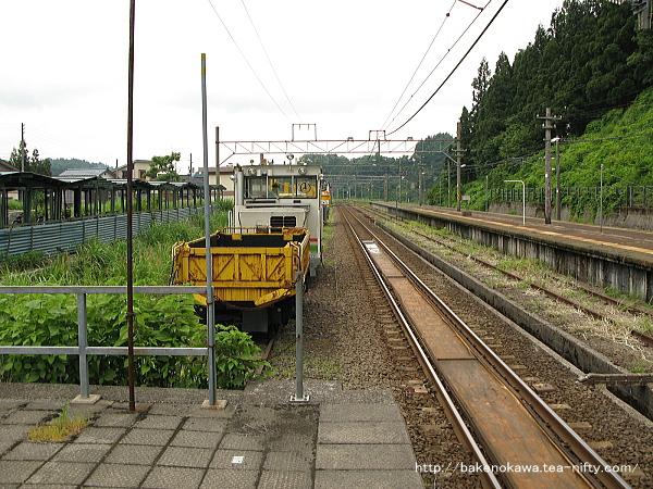 1番ホーム端から越後岩塚駅方を見通す