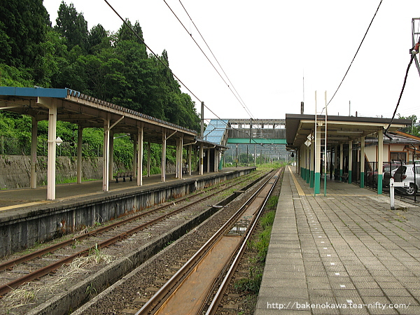 1番ホームの越後岩塚駅方から見た塚山駅構内
