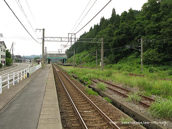 1番ホームの長鳥駅方から見た塚山駅構内