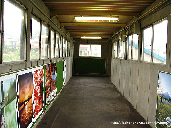 塚山駅跨線橋内の様子
