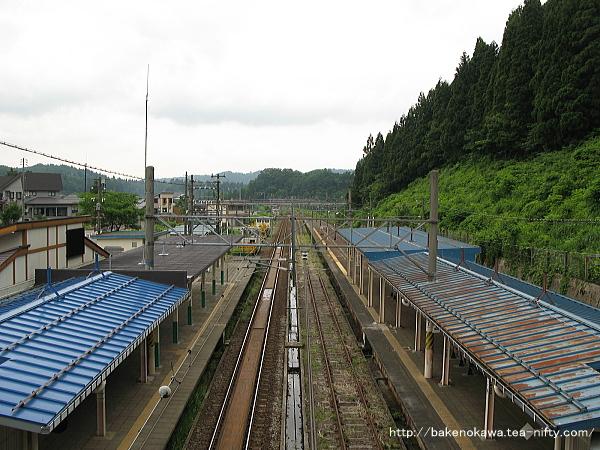 跨線橋上から越後岩塚駅方を俯瞰で見る
