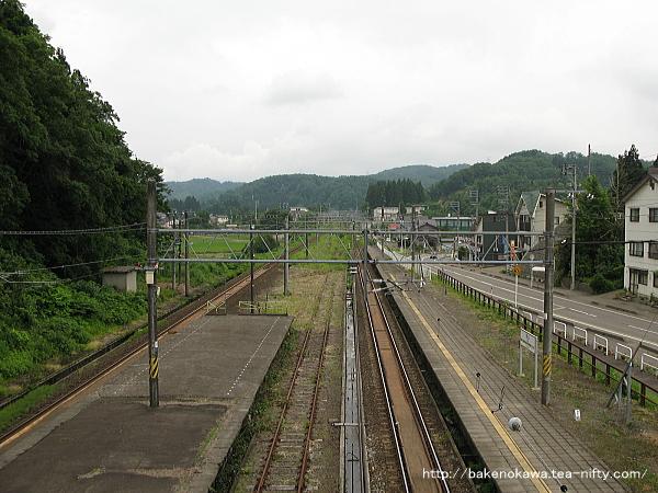 跨線橋上から俯瞰で見た長鳥駅方の様子
