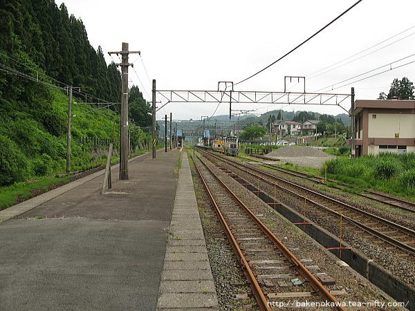 島式ホームの越後岩塚駅方から見た塚山駅構内