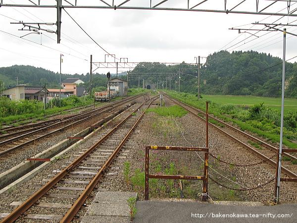 島式ホーム端から越後岩塚駅方を見通す