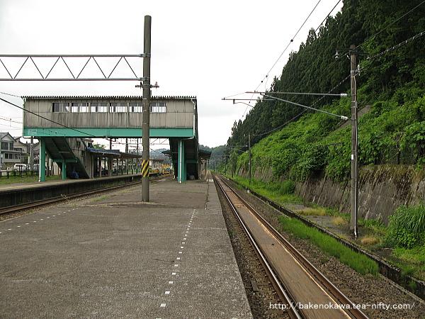 島式ホームの3番線長鳥駅方から見た塚山駅構内