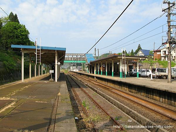島式ホームから見た塚山駅構内中枢部