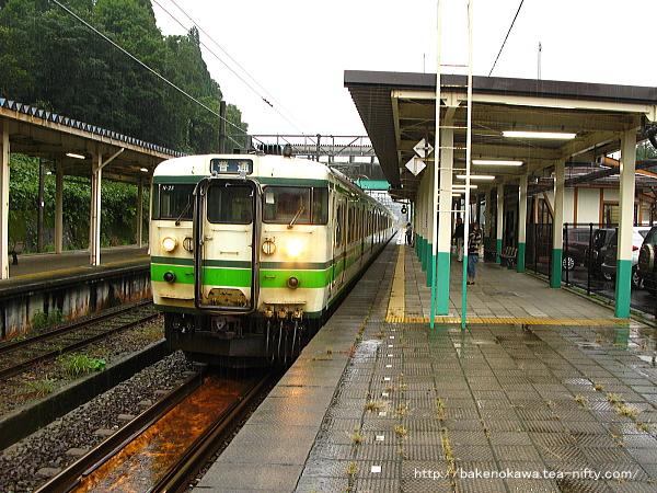 塚山駅1番線に到着した115系電車長岡行