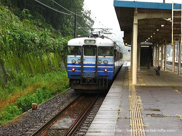 塚山駅3番線を出発して加速する115系電車直江津行
