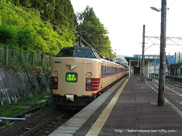 夕陽の塚山駅3番線を通過する485系電車国鉄特急色の快速「くびき野」新井行