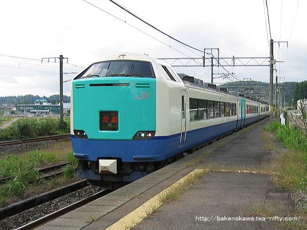 塚山駅1番線に進入する485系電車R編成の特急「北越」新潟行