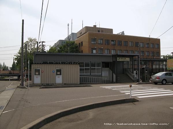 JR東日本所属時代の春日山駅駅舎の様子