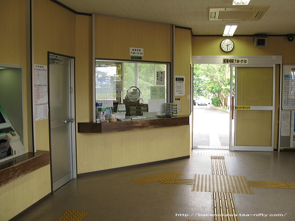 JR所属時代の春日山駅駅舎内の窓口とホーム出入り口周りの様子