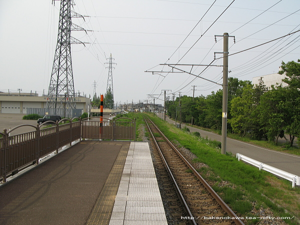 ホーム端から直江津駅方を見る