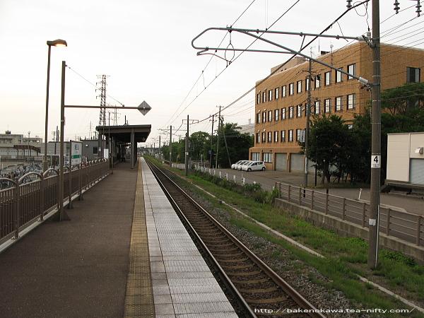 高田駅方から見た春日山駅構内